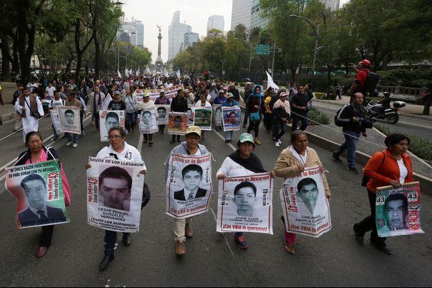 Les parents des 43 étudiants disparus défilent à l'occasion du 40e mois de leur disparition à Mexico, au Mexique, le 26 janvier 2018.
