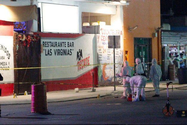 Scène de crime près du bar de la Playa del Carmen, où sept personnes sont mortes.