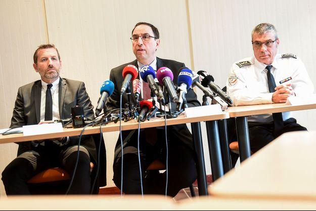 Au centre, le procureur Thierry Pocquet du Haut-Jussé. A sa gauche, le directeur de la police judiciaire de Lille, Romuald Muller. A sa droite, le commissaire divisionnaire Christian Wulveryck.