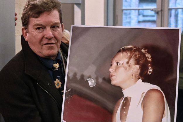 Jacky Kulik, tenant le portrait de sa fille Elodie Kulik, violée et tuée en 2002, à l'ouverture du procès au tribunal d'Amiens.