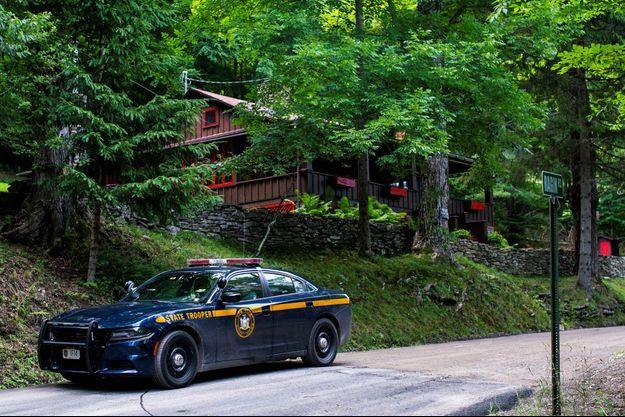 Les agents surveillent la maison où l'avocat Roy Den Hollander a été retrouvé mort après avoir tué le fils de la juge fédérale Esther Salas et blessé son mari, à Catskills, New York.