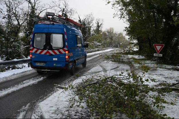 image d'illusration. Ici, un van Enedis près de Tournon-sur-Rhône, après les importantes chutes de neige qui ont touché jeudi six départements en Rhône-Alpes.