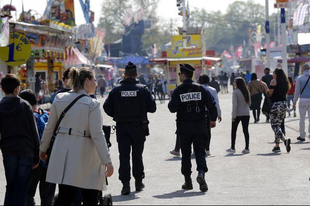 Des policiers dans les allées de la Foire du Trône, à Paris.