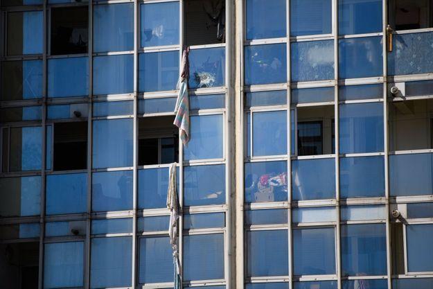 """Des draps noués par des résidents pour échapper aux flammes par les fenêtres de l'immeuble """"Les Flamants"""" à Marseille, samedi 17 juillet 2021."""