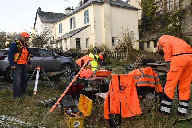 Des membres de l'équipe de fouilles à Morlaix, samedi.