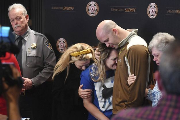 La mère de Gannon, en conférence de presse, fond en larmes dans les bras de son ancien compagnon, père de l'enfant.