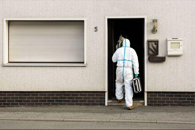 C'est ici que la macabre découvert a eu lieu. La police scientifique enquête.
