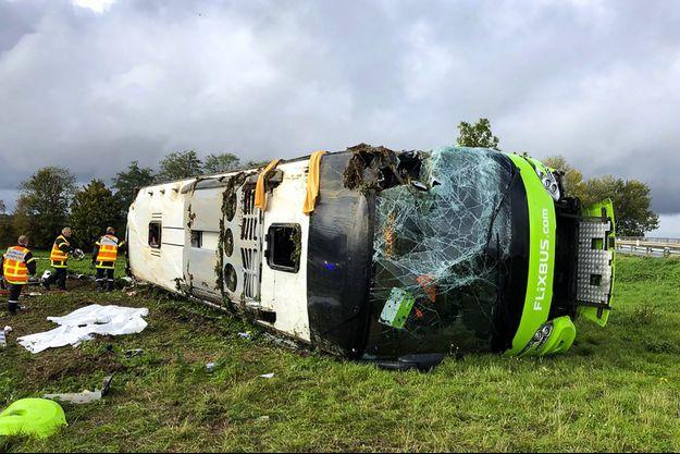 Le car Flixbus accidenté.