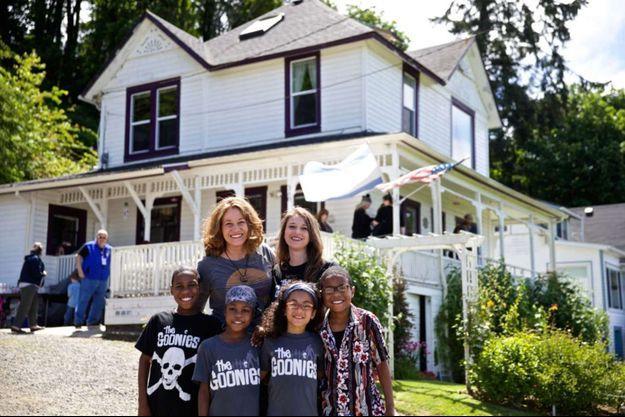 Avec le tee-shirt noir, Devonte Hart, entouré d'une partie de sa famille.