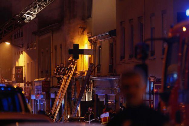 Les pompiers intervenant sur l'immeuble situé route de Vienne, dans le 8e arrondissement de Lyon.