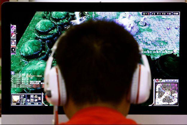 Un homme jouant à un jeu vidéo en Chine en 2014 (image d'illustration).