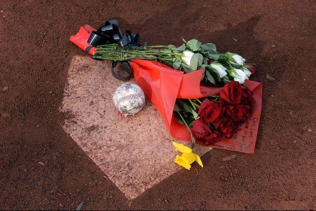 Un bouquet et une balle de baseball ont été déposés pour rendre hommage à la victime.