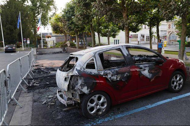 Une voiture brulée à Beaumont-sur-Oise.