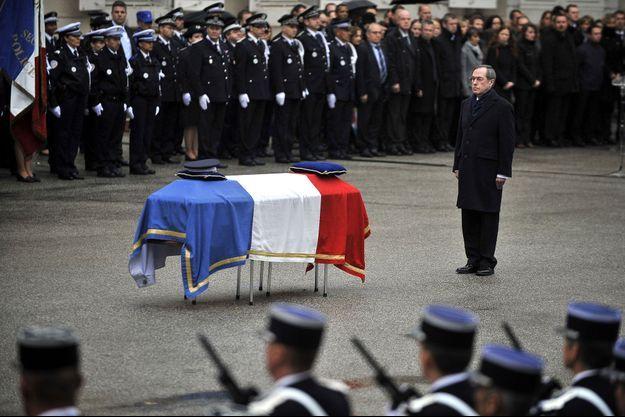 Alors ministre de l'Intérieur, Claude Guéant rend hommage à Cédric Pappatico, en avril 2012.
