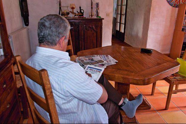Stéphan Turk dans sa résidence surveillée. A sa cheville, le bracelet électronique