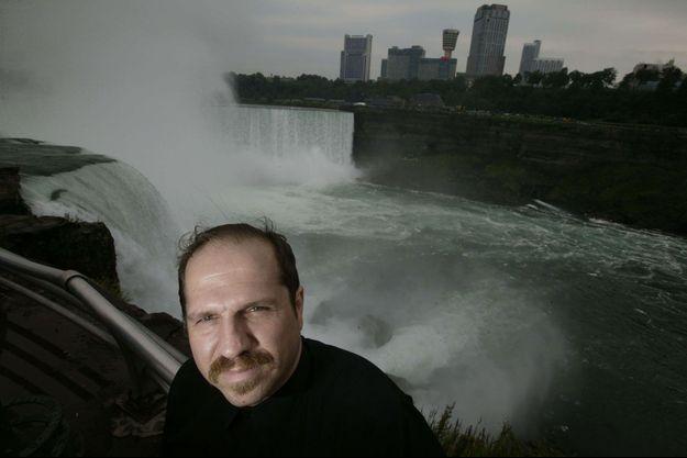 Kirk Jones en août 2004, un peu moins d'un an après son plongeon miraculeux, devant les chutes du Niagara.
