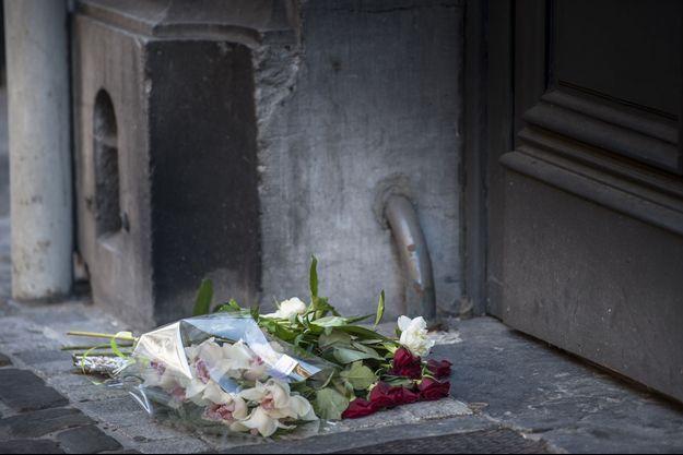 De nombreuses fleurs ont été déposées à Bruxelles, devant le Musée juif.