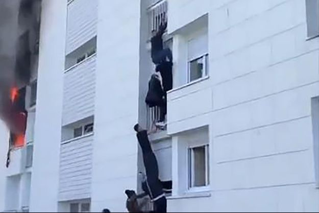 Plusieurs jeunes ont formé une chaîne humaine pour sauver des flammes une famille, dont un bébé de six mois, à Nantes, dimanche.