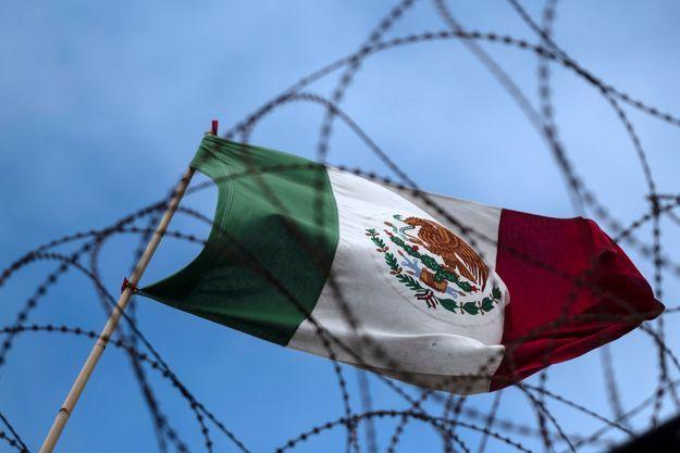 Drapeau mexicain à la frontière avec les Etats-Unis (image d'illustration).