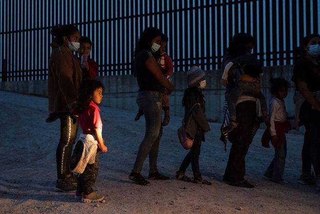 Des familles de migrants attendent d'être transportés par les patrouilles américaines après avoir traversé le fleuve Rio Grande depuis le Mexique, le 26 mars 2021 (image d'illustration).
