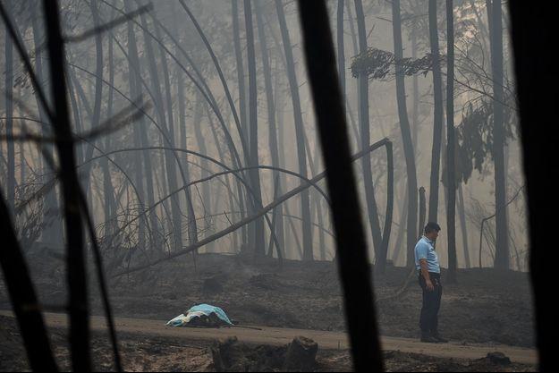 Le corps d'une victime de l'incendie sous une couverture.