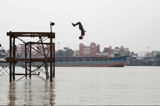 Un garçon saute dans le Gange le 3 juin dernier, à Calcutta (image d'illustration).