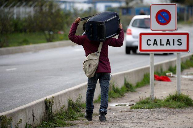 """Un homme quitte la """"jungle"""" de Calais en octobre 2016 (photo d'illustration)."""