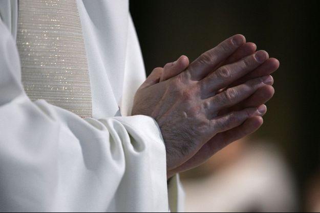 Le curé a été écroué pour viol et agression sexuelle sur une adolescente.