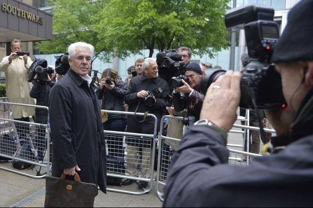Max Clifford devant le tribunal de Southwark, qui l'a déclaré coupable.