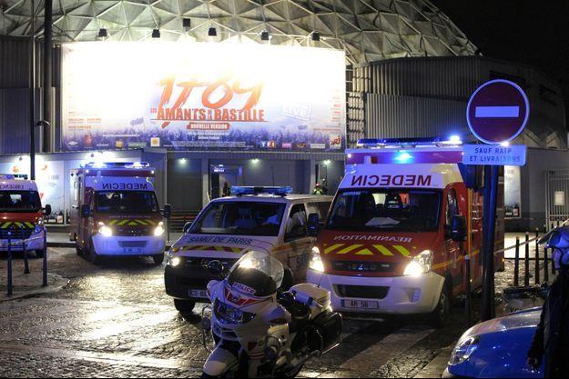 Les pompiers devant le Palais des Sports, vendredi soir.