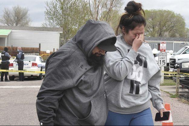 Des proches des victimes sous le choc après la fusillade survenue dimanche matin.