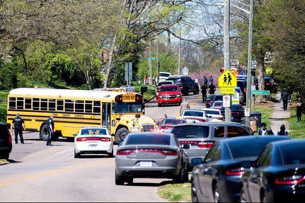 Devant le lycée où a eu lieu la fusillade, lundi.