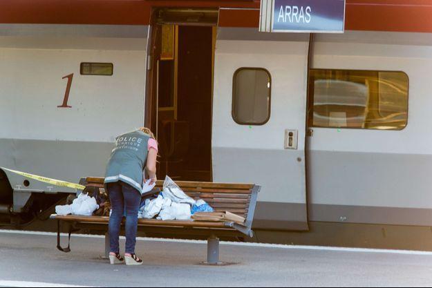 La police travaille avec minutie dans la gare d'Arras (Nord) où le train Thalys est stationné.