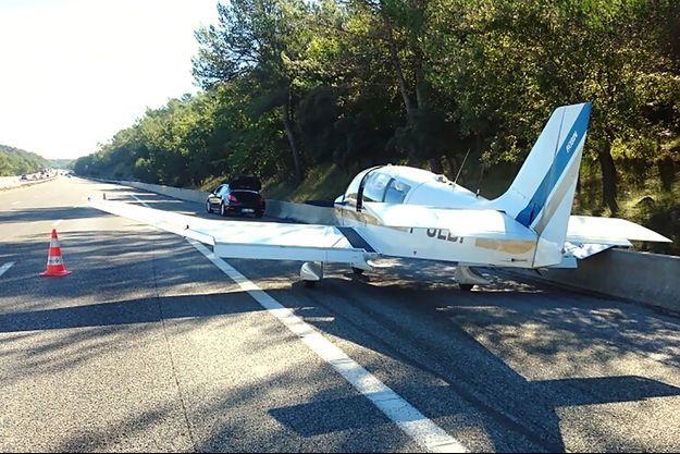 L'avion de tourisme s'est posé sur l'autoroute A8 mardi à 9h30.