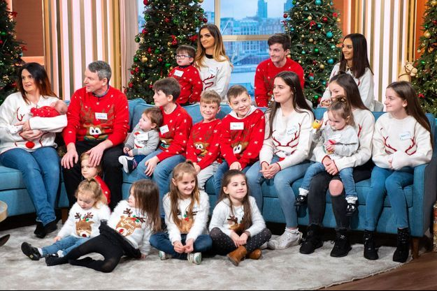 """Le couple Radford sur le plateau de l'émission """"This Morning"""" avec 18 de leurs enfants, en 2018."""