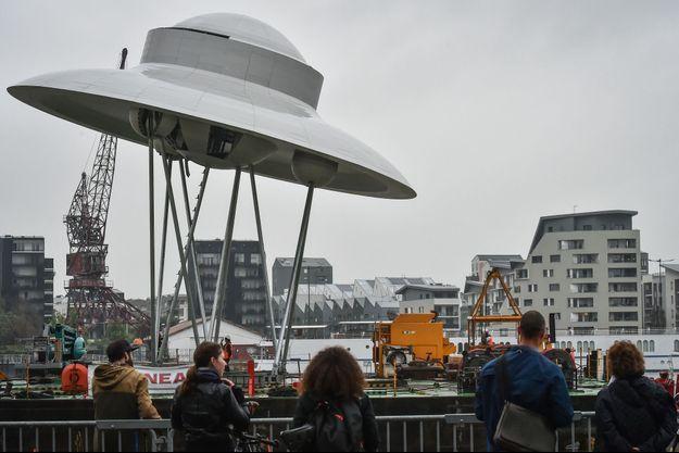 La soucoupe volante de 15 mètres de diamètre amenée par barge et déposée sur le bassin n°1 près de la base sous-marine.