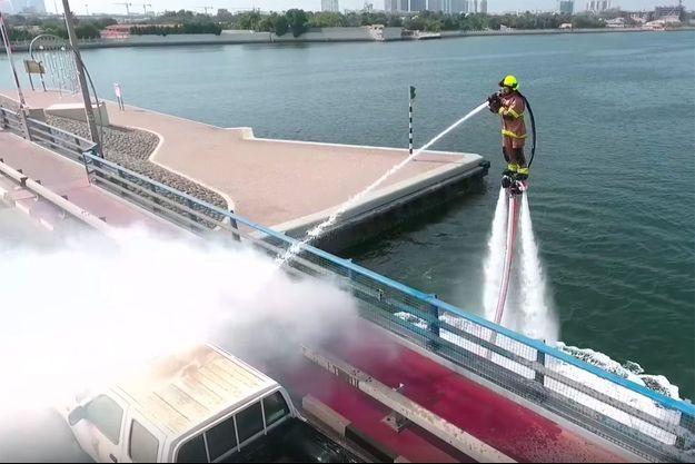 Le pompier sur le jet-pack hydropropulsé.