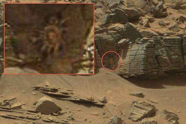 En médaillon, un zoom sur l'hypothétique crabe alien photographié par Curiosity.