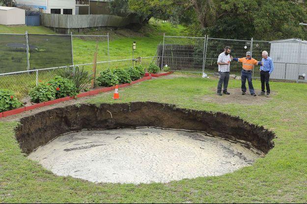 La doline de huit mètres de diamètre, apparue dans le jardin des McKay, en Australie