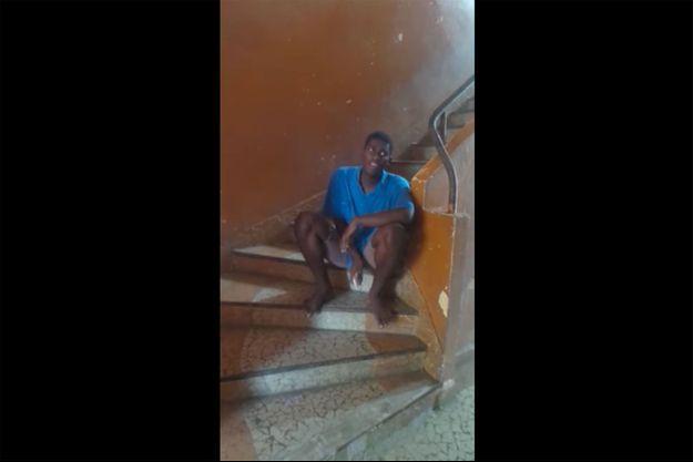 Samuel, interpretant le tube de Céline Dion, dans une cage d'escalier