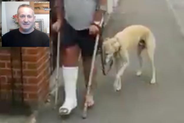 """Russell Jones, son plâtre et son chien """"blessé""""."""