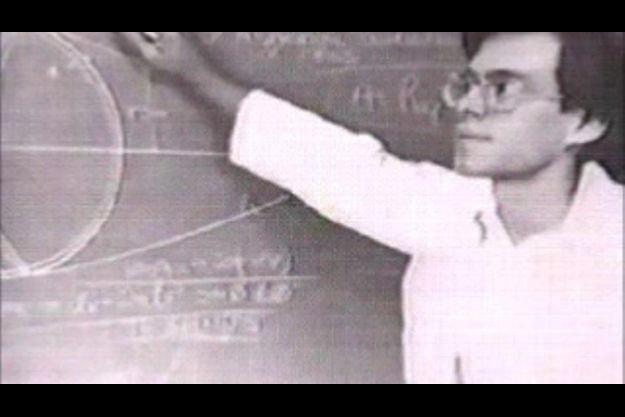 Bob Lazar devant un tableau noir couvert d'équations dans les années 80. Mais il en faut plus pour prouver qu'il est un scientifique de haut niveau...
