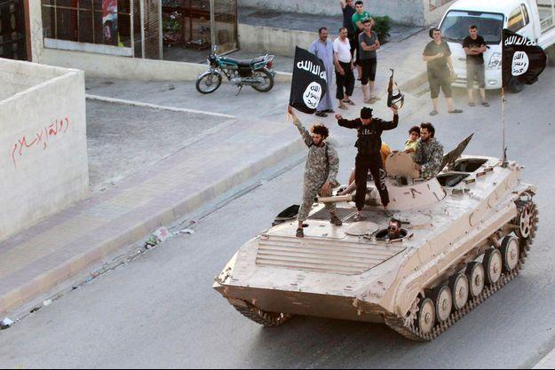 Des militants de Daech investissent Raqa en décembre 2014.