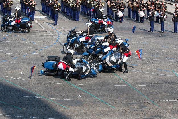 Deux motards sont entrés en collision lors du défilé du 14 juillet sur les Champs-Elysées à Paris.