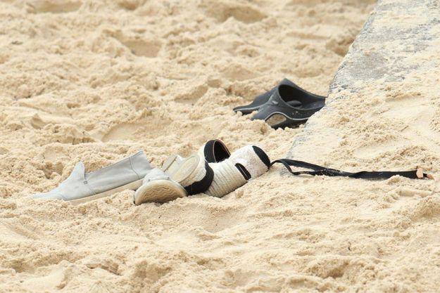 Des chaussures échouées sur une plage heureusement vides de pied. (Photo d'illustration).