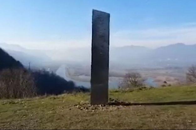 Le mystère demeure entier sur l'apparition de ce monolithe roumain, au sommet d'une colline.