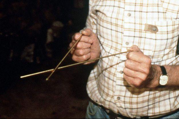 Les traditionnelles baguettes du sourcier, jadis en coudrier (noisetier), désormais en cuivre ou en laiton.