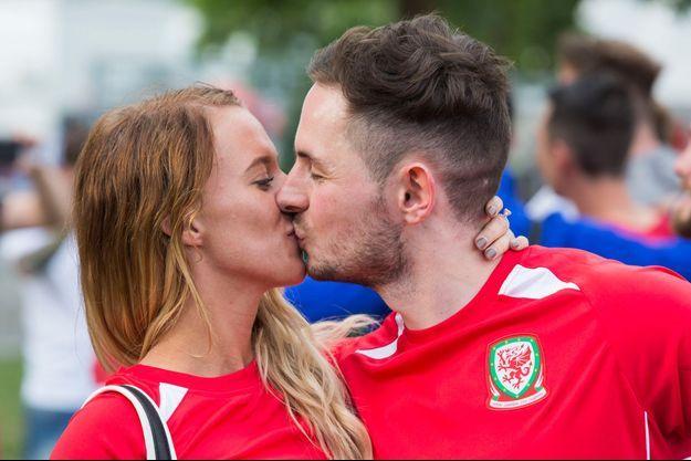 Un supporter gallois a fait sa demande de mariage dans la Fan Zone parisienne.