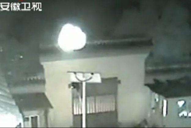 L'objet lumineux filmé dans la cour d'un temple bouddhiste en Chine.