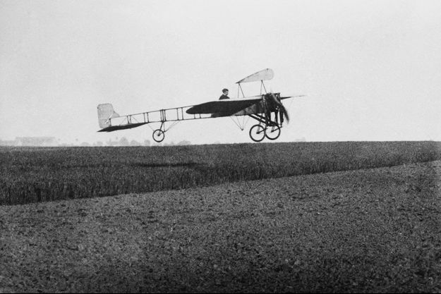 """Le 25 juillet 1909, le constructeur et aviateur français Louis Blériot, parti de Calais, atterrit à Douvres après 37 minutes de vol à bord du """"Blériot XI"""""""